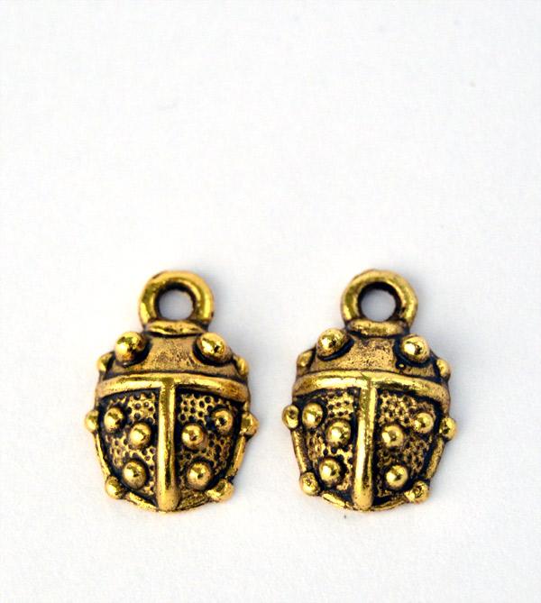 Nyckelpiga berlocker i antik guld ton hos Silver och Smycken i Malmö